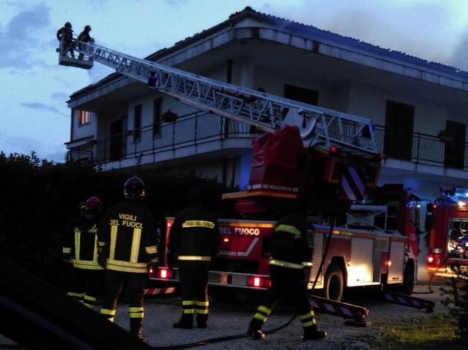 Edificio in fiamme alla Spineta, evacuata un'intera famiglia - aSalerno.it