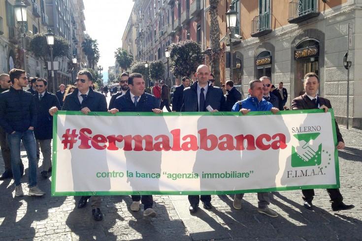 Agenti immobiliari in piazza contro le banche - aSalerno.it