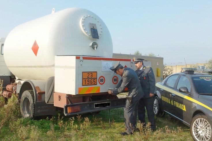 Teggiano: la GdF sequestra un'autobotte con provenienza illecita - aSalerno.it
