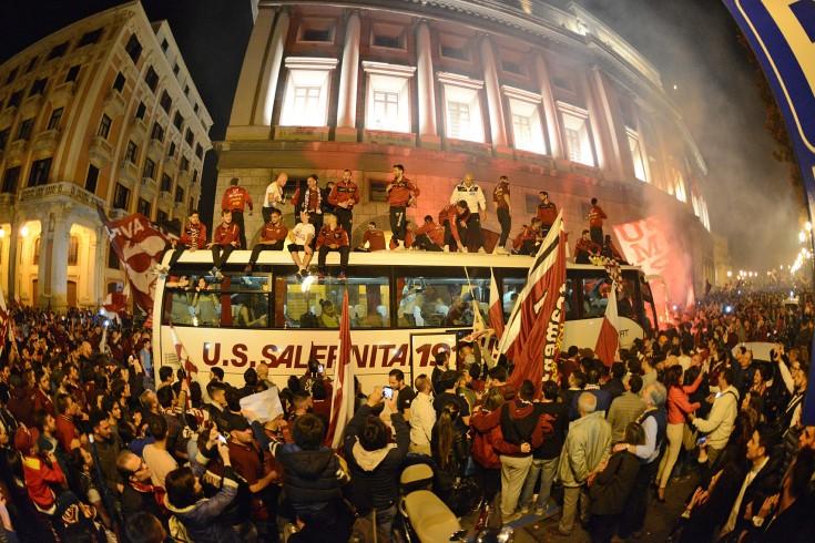 """Salerno ubriaca di gioia. Migliaia di persone in strada per festeggiare """"Sua Maestà"""" - aSalerno.it"""