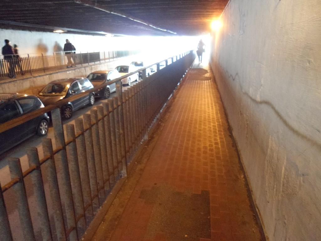 Il pessimo stato in cui versa il sottopasso ferroviario di via Dalmazia