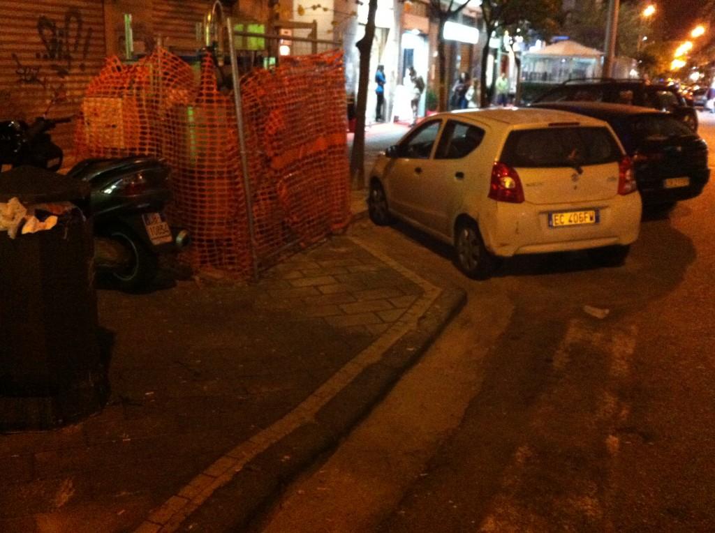 Via S. Robertelli: Scooter e auto posteggiate fin sopra i marciapiedi, impediscono  il passaggio ai disabili