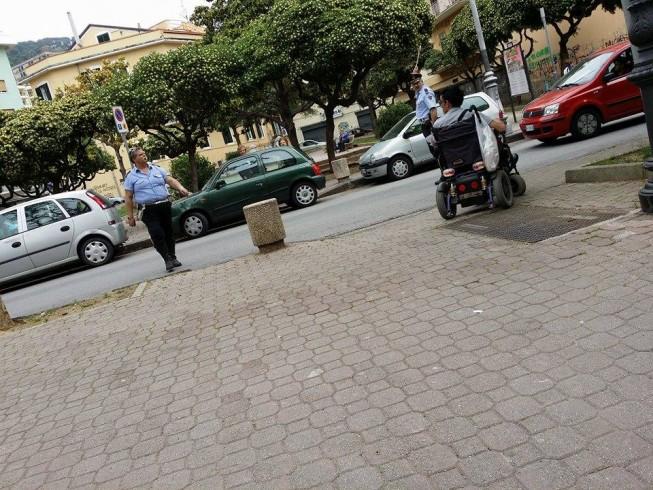 """Disabile """"bloccato"""" dalla sosta selvaggia, intervengono i vigili urbani - aSalerno.it"""