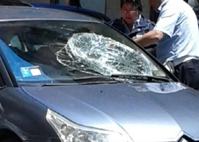 Lite in via Ventimiglia, uomo distrugge parabrezza - aSalerno.it