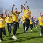 42  i giocatori della salernitana fanno festa in campo