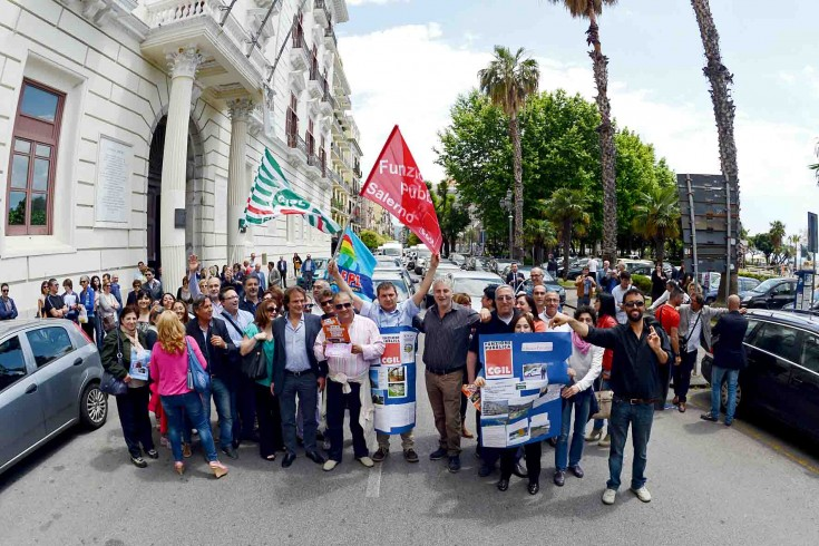 Protesta dei funzionari pubblici. Caos sotto Palazzo Sant'Agostino - aSalerno.it
