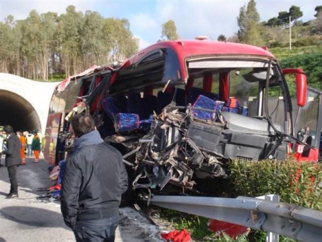 Violento impatto sull'A3, svincolo di Petina - aSalerno.it