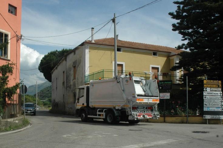 Rifiuti, lavoratori bloccano cantiere di Montecorvino Rovella - aSalerno.it