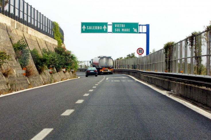 Auto si schianta sull'autostrada, ferita una donna - aSalerno.it