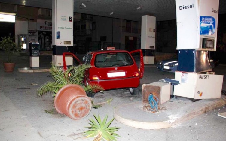 Vallo: auto piomba su un distributore - aSalerno.it