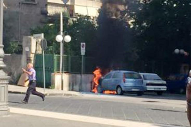 Auto in fiamme durante la recita scolastica - aSalerno.it