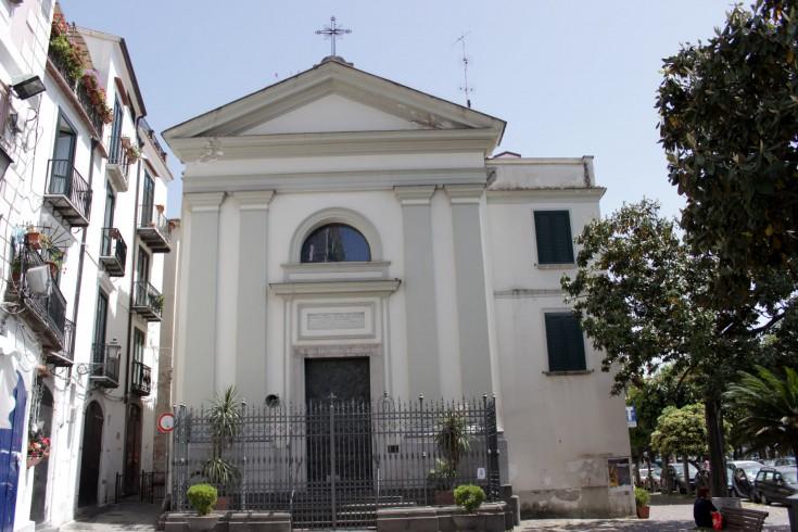 Crea il panico a Santa Lucia, lancia pietre e bestemmia: giovane arrestato - aSalerno.it