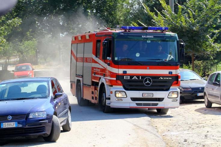 Incendio ad Angri, in fiamme pullman in un deposito - aSalerno.it
