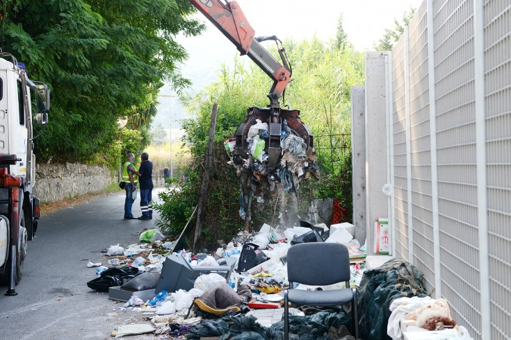 Matierno, cibo della Caritas non ancora scaduto tra i rifiuti - aSalerno.it