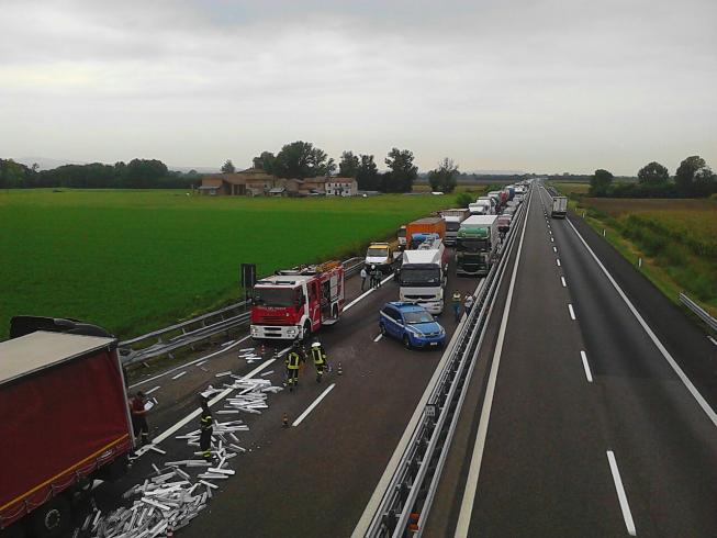 Grave incidente in autostrada, donna incastrata tra le lamiere - aSalerno.it