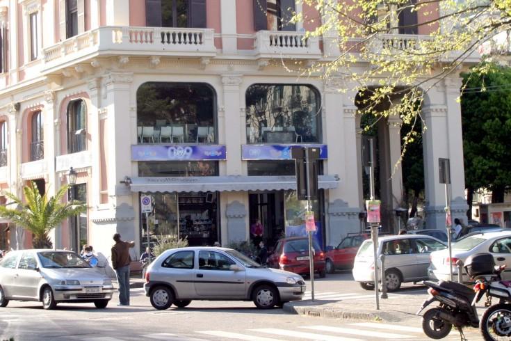 Cadono calcinacci dal palazzo del bar 089 - aSalerno.it