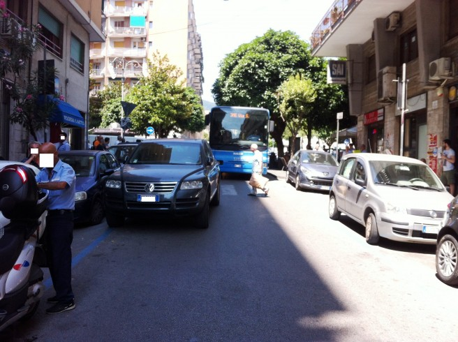 L'ennesimo parcheggio in doppia fila manda di nuovo il traffico in tilt - aSalerno.it