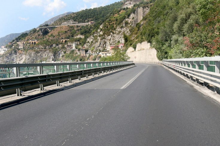 Cadono massi di grandi dimensioni dal Viadotto Gatto - aSalerno.it