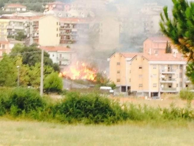 Eboli, a fuoco un'area verde al rione Pescara - aSalerno.it