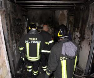 incendio  nella foto i vigili del fuoco intervengono a casa di un nuovo principio di incendio in mattinata Foto Tanopress