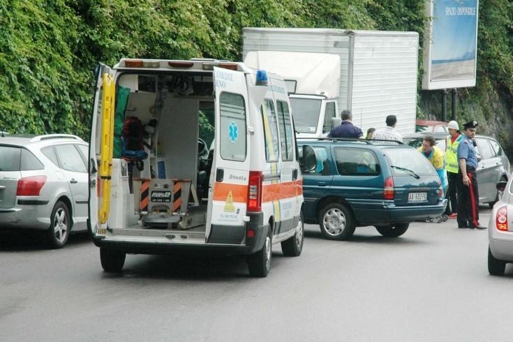 Salerno, violento impatto tra auto in via Raffaele Mauri - aSalerno.it