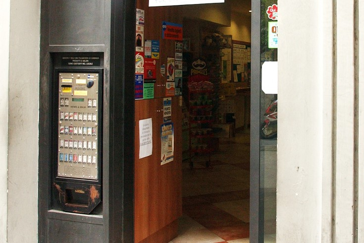 Eboli, rubano sigarette e incasso al distributore del Tabacchi - aSalerno.it