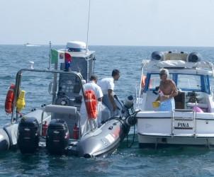 sal : gommone guardia costiera Nella foto controlli da parte dei marinai