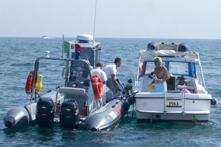 Barca rischia di affondare: salvate sette persone - aSalerno.it
