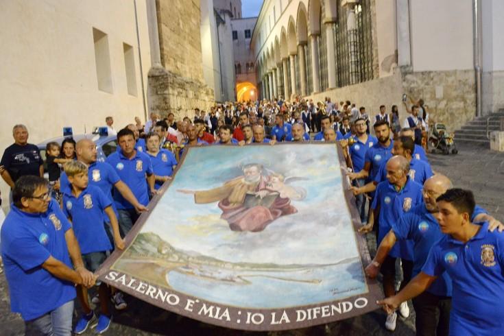 Vescovo e portatori, distensione all'Alzata del Panno - aSalerno.it