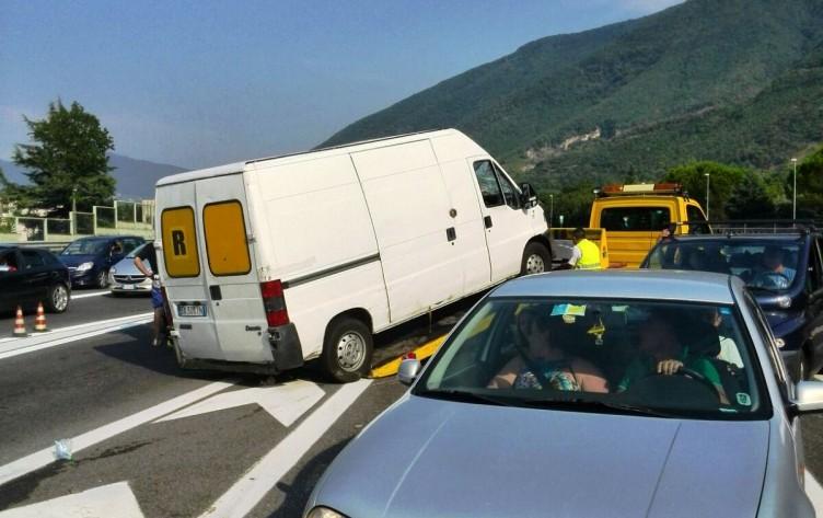 Finisce nel guard rail, caos al casello di Nocera Inferiore - aSalerno.it