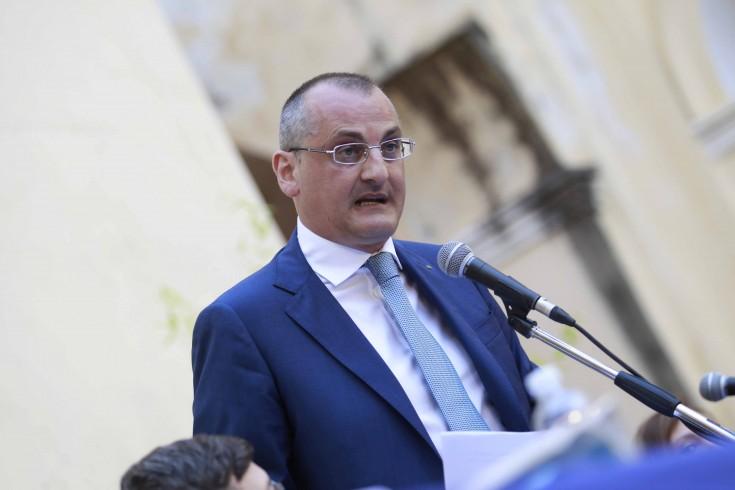 """Auto in fiamme nella notte, il sindaco Cariello:""""Ad Eboli non ci sono corsie preferenziali"""" - aSalerno.it"""