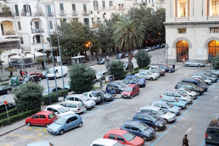 Minacciata da due parcheggiatori abusivi in piazza Amendola - aSalerno.it