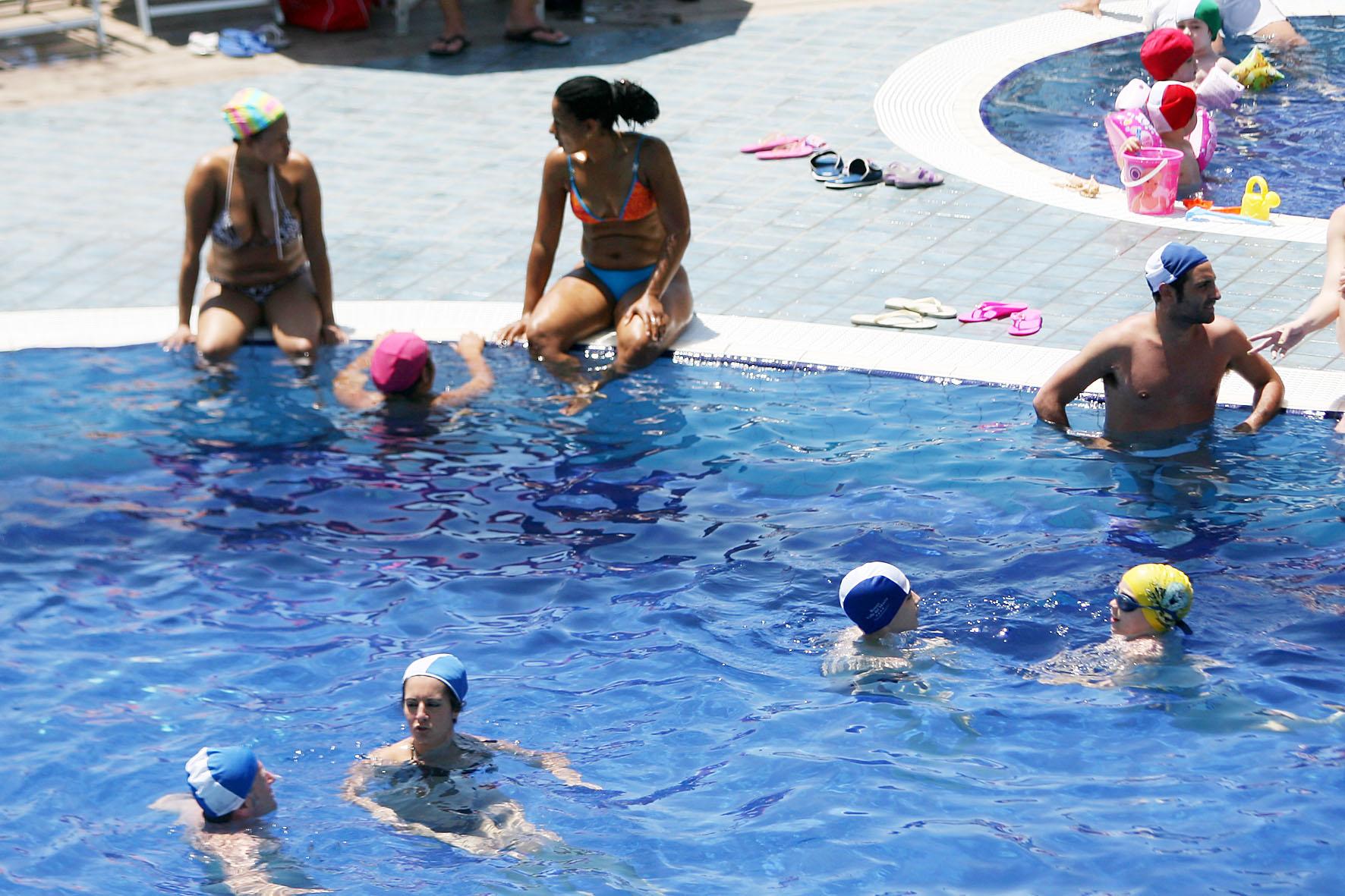Salerno due uomini si abbracciano a bordo piscina - Orientamento piscina ...