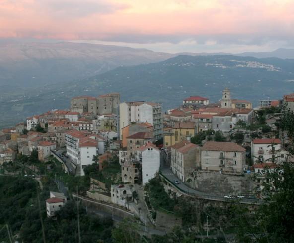 Nel centro storico di Roccadaspide iniziati i lavori per realizzare la rete del gas metano - aSalerno.it