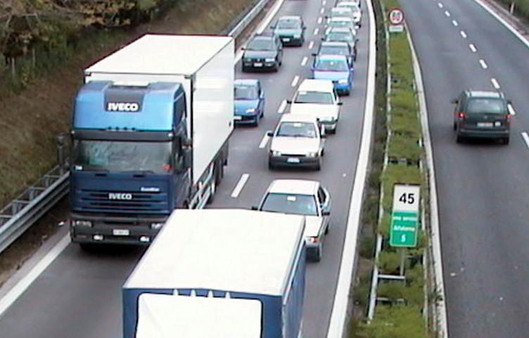 Tragedia sfiorata:87enne percorre tratto di autostrada in contromano - aSalerno.it