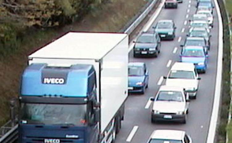Salerno: tamponamento a catena, tre auto coinvolte e traffico in tilt - aSalerno.it