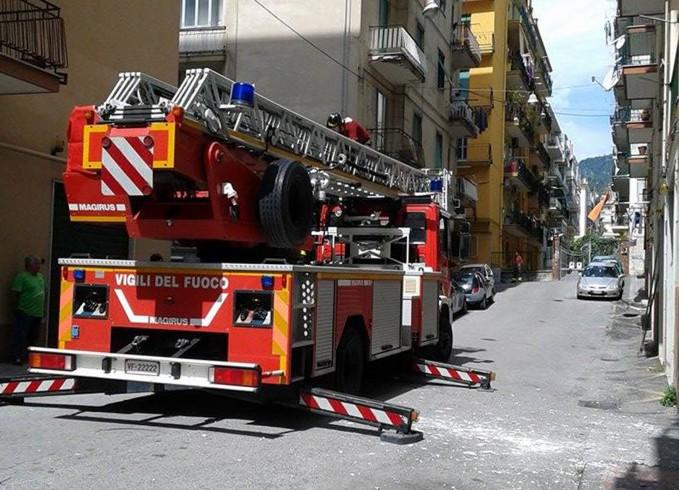 Rione Carmine, caduta di calcinacci all'uscita di un portone - aSalerno.it