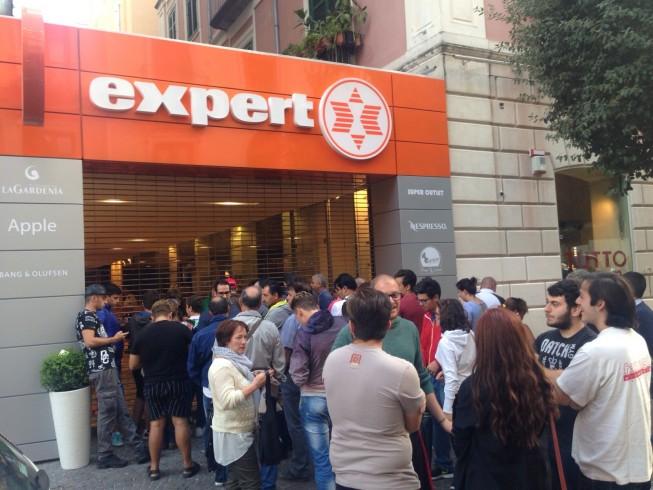 Promozione per la nuova attività, cittadini in fila da ore sul corso - aSalerno.it