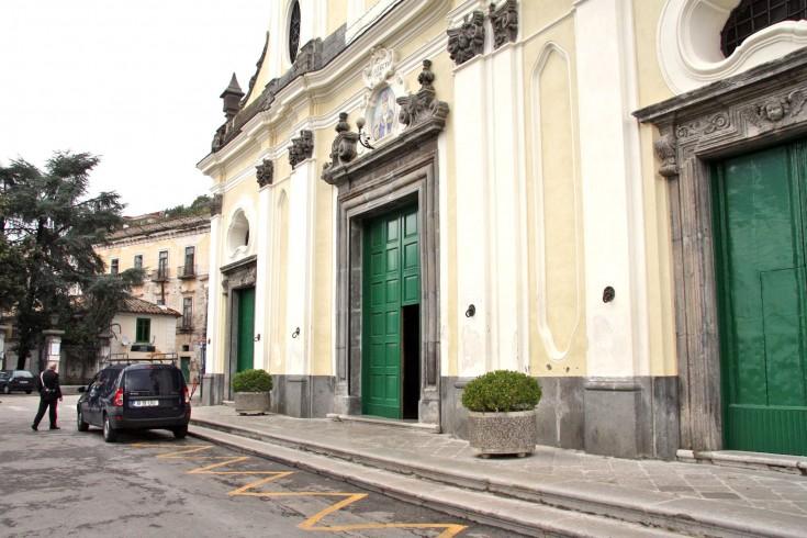 Cava de'Tirreni, cane entra in chiesa per l'ultimo saluto al padrone - aSalerno.it