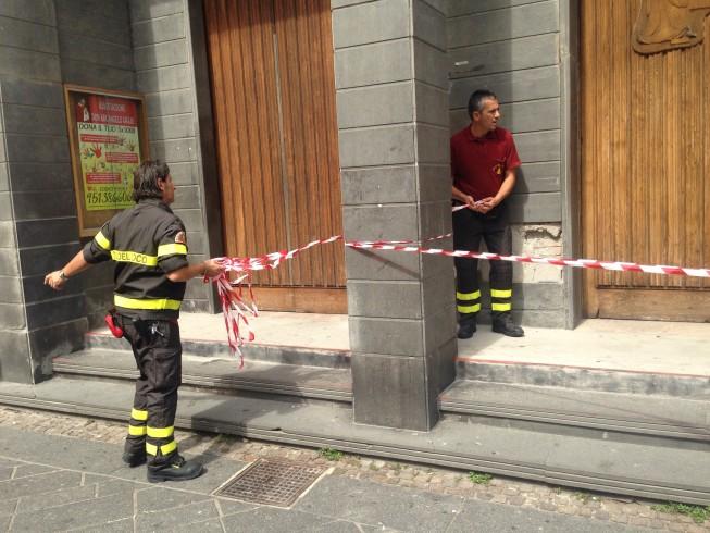 Cadono pezzi di intonaco dalla chiesa, paura tra i passanti - aSalerno.it