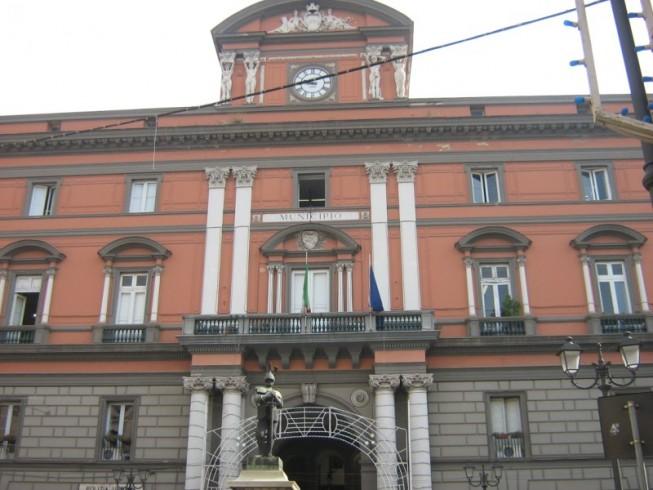 Tensione al comune di Sarno, uomo armato di spranga fermato dai vigili - aSalerno.it