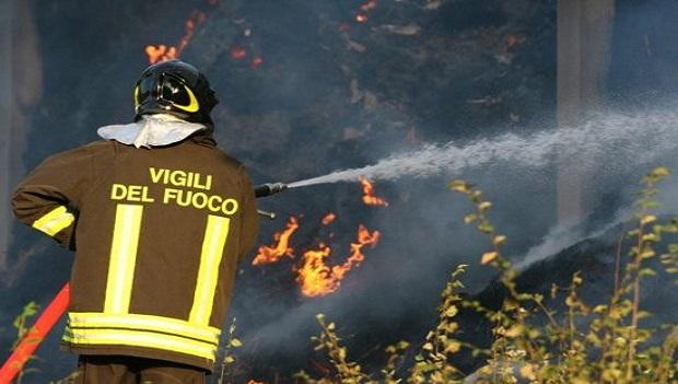 Incendio distrugge fienile nel Salernitano, 150 balle di fieno in fiamme - aSalerno.it