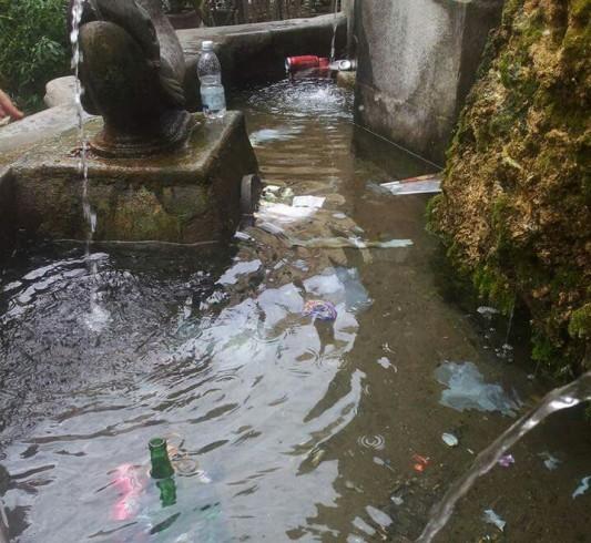 Fontana di Largo Campo ridotta a pattumiera - aSalerno.it