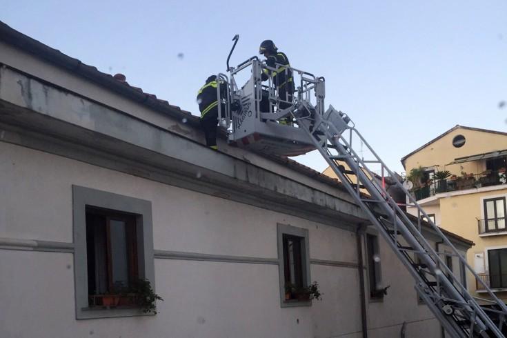 Via Mercanti, crollano alcune tegole da un palazzo: transennata l'area - aSalerno.it