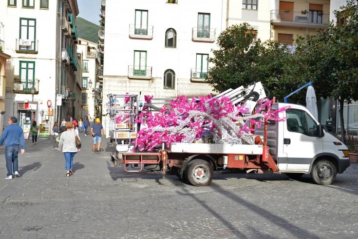Luci d'Artista, già pronte le installazioni per via Mercanti – FOTO - aSalerno.it
