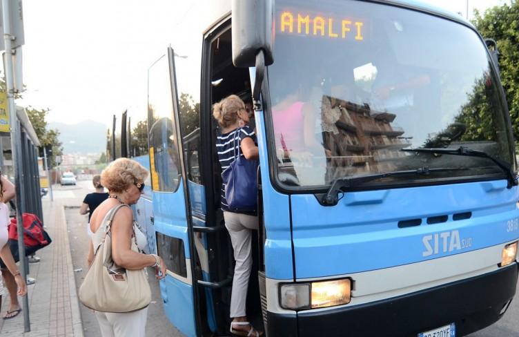 Paura a Furore, bus della Sita prende fuoco in Costiera - aSalerno.it