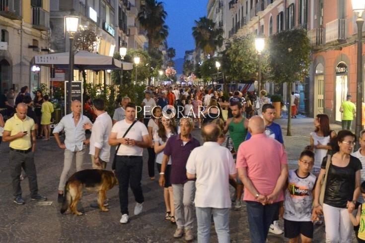 Sangue in piazza Portanova, 30enne accoltellato alla coscia - aSalerno.it