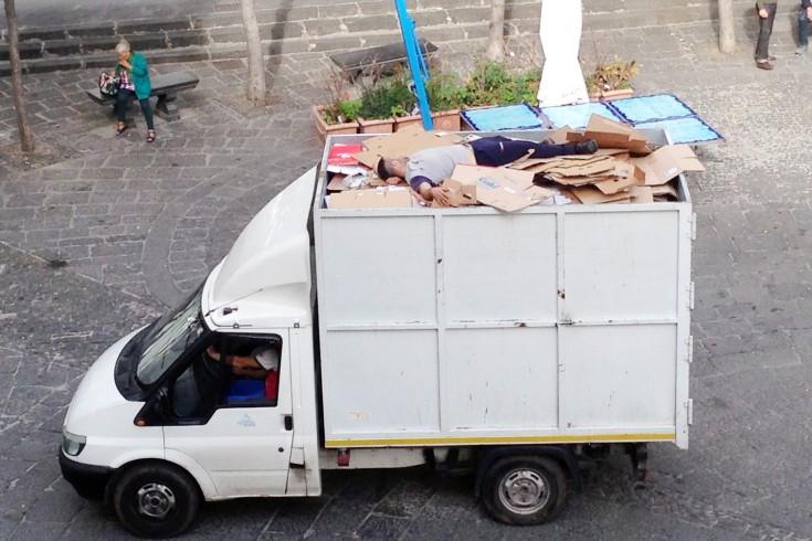 """FOTO – Raccolta del cartone in città, """"o famo strano"""" a Salerno - aSalerno.it"""