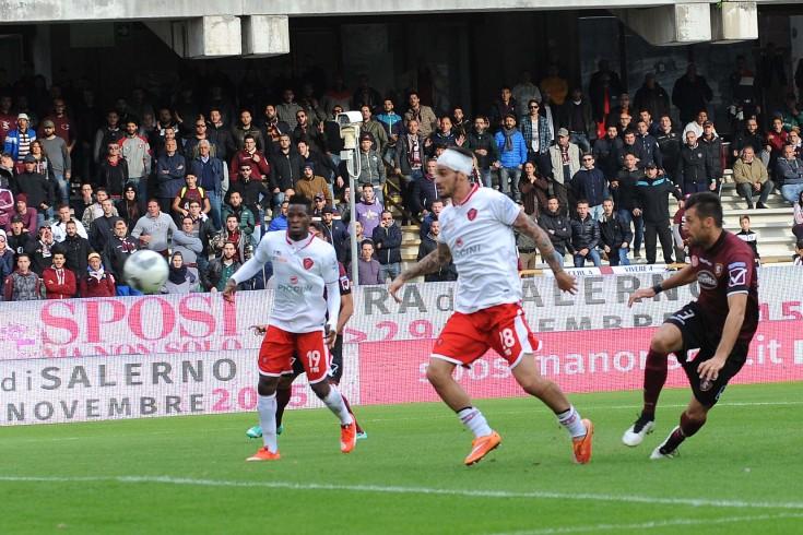 Franco regala il vantaggio, Salernitana conduce la gara 1 a 0 - aSalerno.it