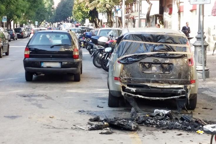 Salerno, auto prende fuoco nella notte in via Roma - aSalerno.it